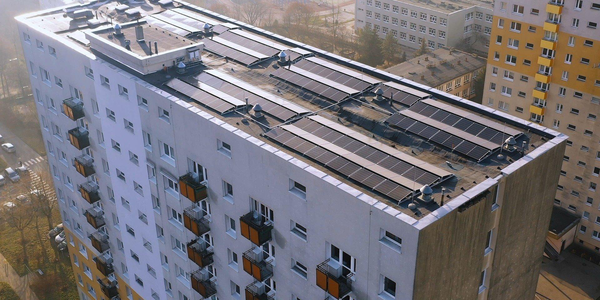 Liderzy na rynku łączą siły oferując innowacyjną konstrukcję PV dla dachów o niskiej nośności