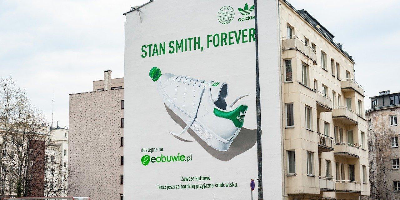 Współpraca adidas z eobuwie.pl przynosi mural z legendarną sylwetką buta, który oczyszcza powietrze w centrum stolicy