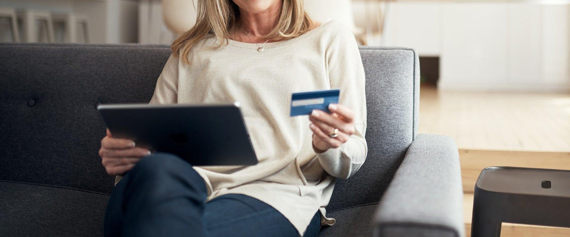 Czym różni się karta kredytowa od debetowej i dlaczego warto ją posiadać?
