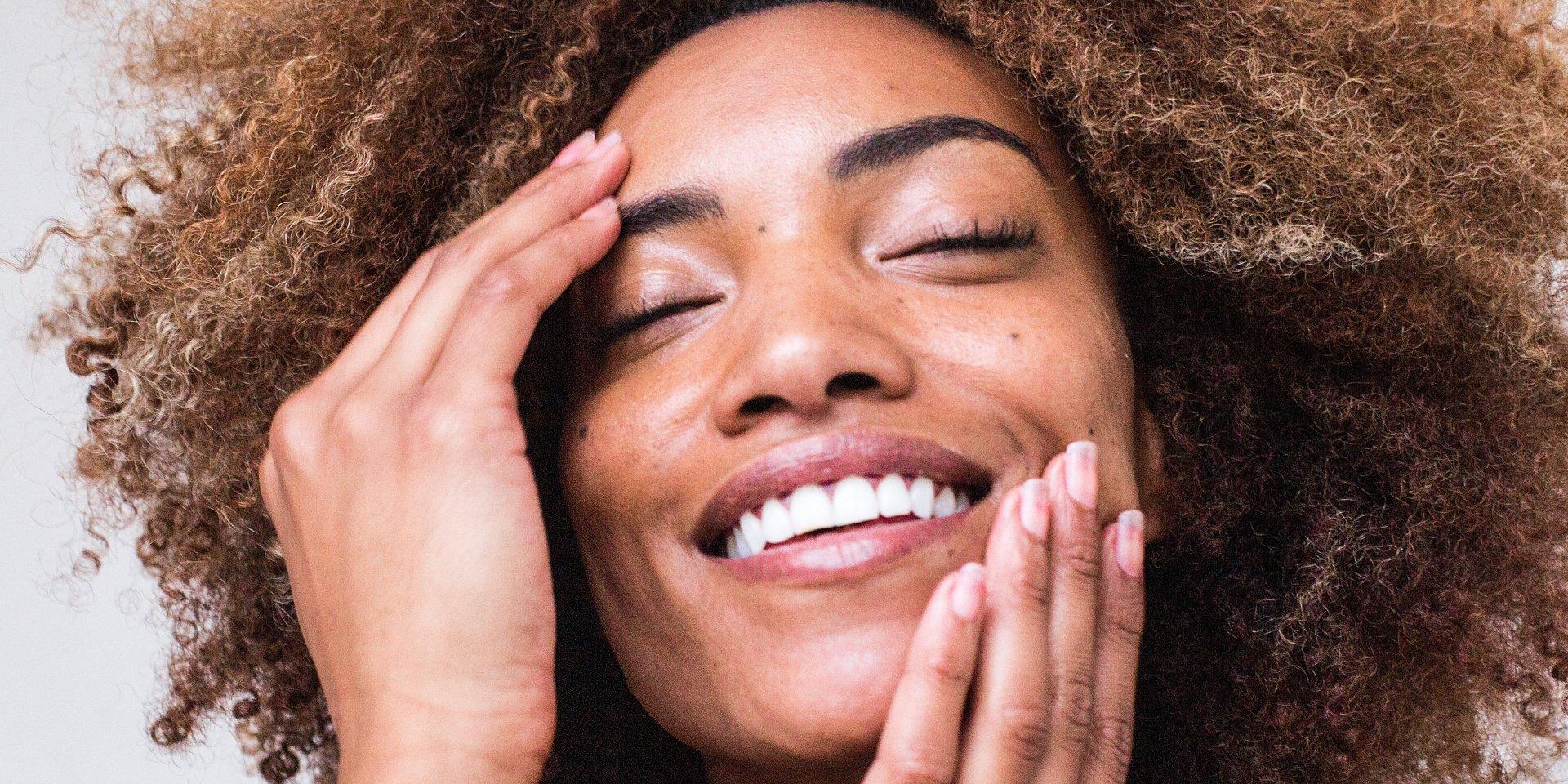 Come preparare la pelle alla primavera? Con yoga e pilates, pomodori e sieri antiossidanti, ecco i suggerimenti di MioDottore