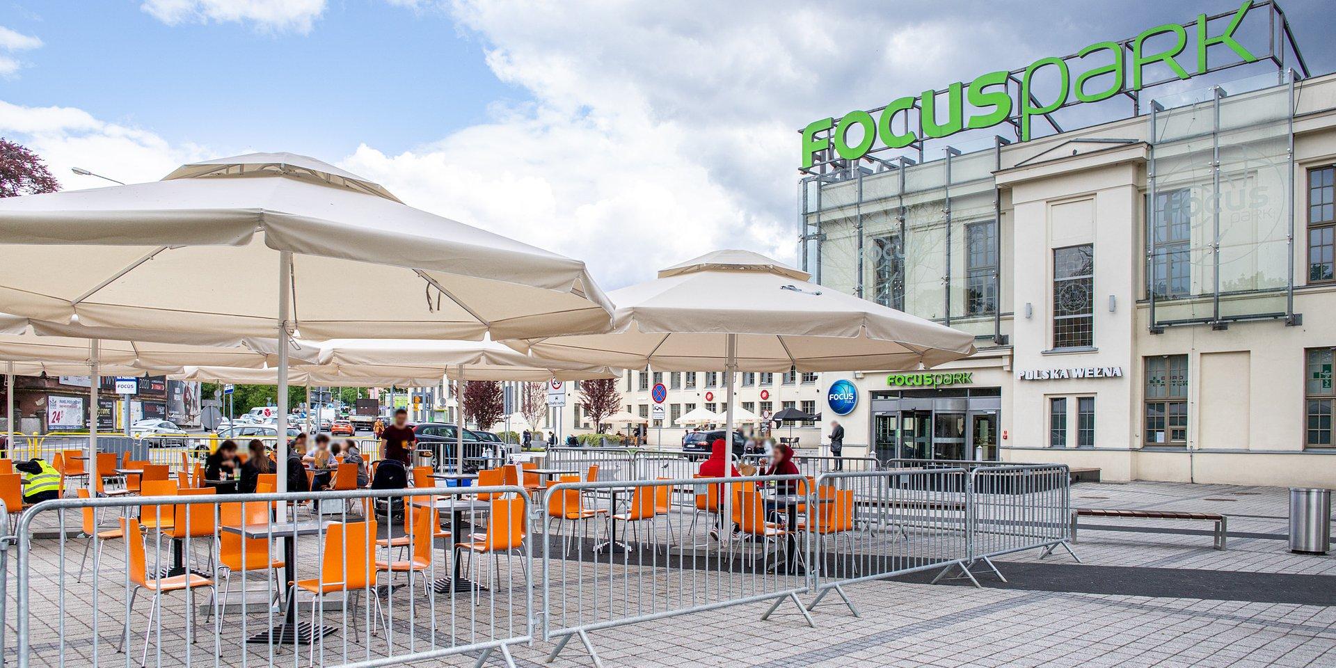 Radość realnych spotkań w ogródku Focus Mall