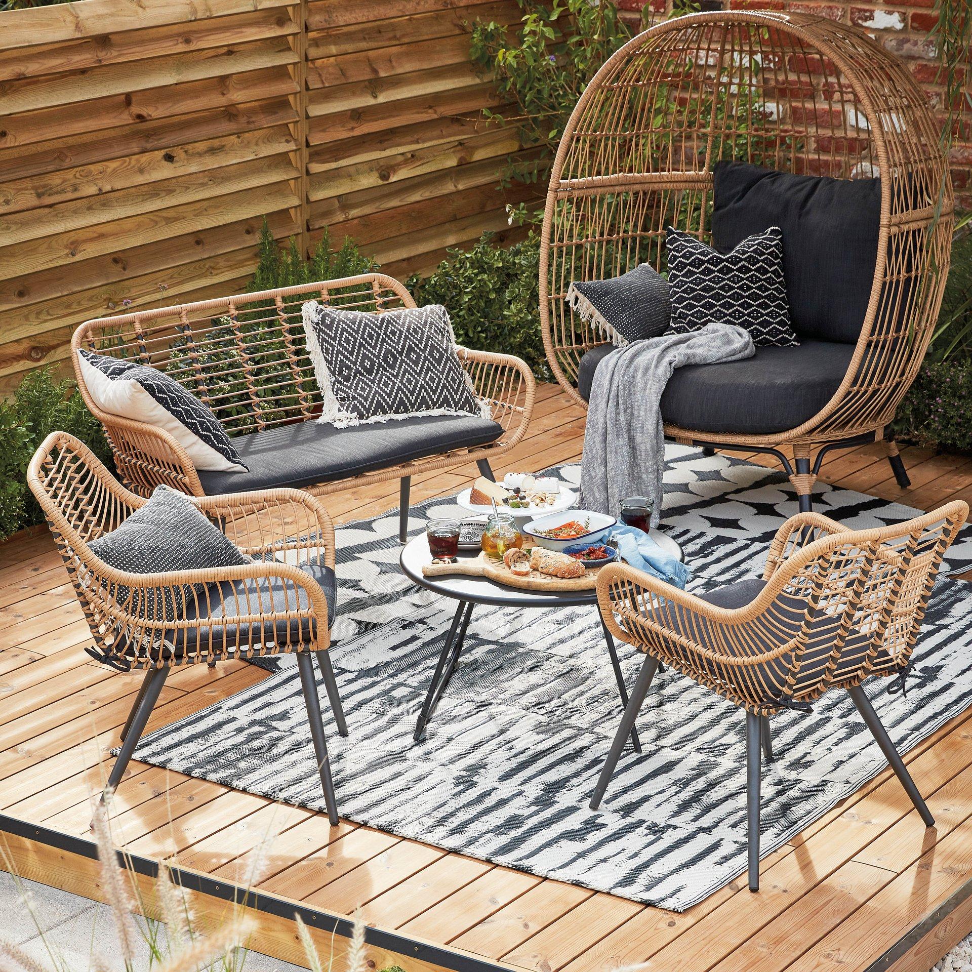 Meble na balkon i do ogrodu – najmodniejsze rozwiązania dla każdego