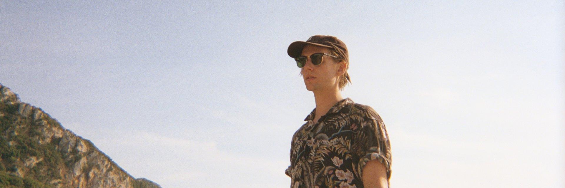 Posłuchaj oysterboy, solowego projektu wokalisty Terrific Sunday!