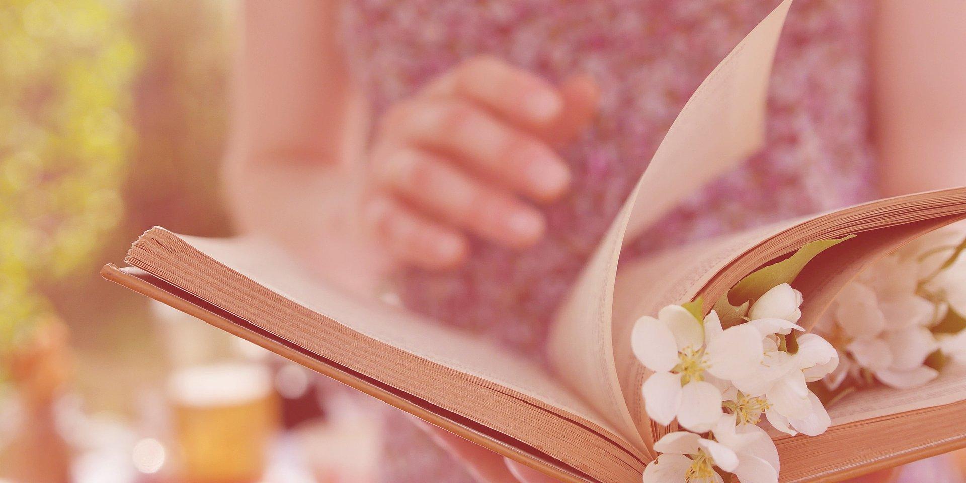 """""""Czuła przewodniczka"""" największym książkowym hitem wiosny. Tytuł już trzeci miesiąc pozostaje na szczycie listy bestsellerów"""