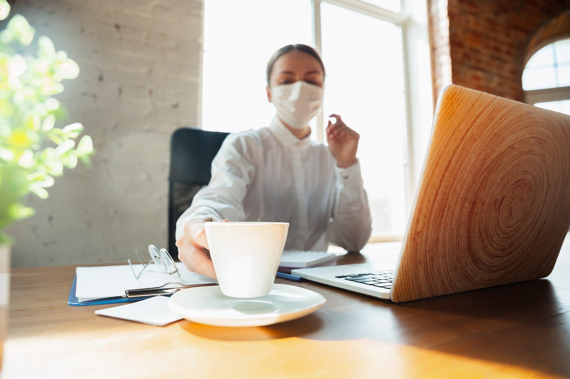 Dwie trzecie Europejczyków doświadczyło pogorszenia nastroju w czasie lockdownu. Niemal połowie pomogło codzienne delektowanie się filiżanką kawy