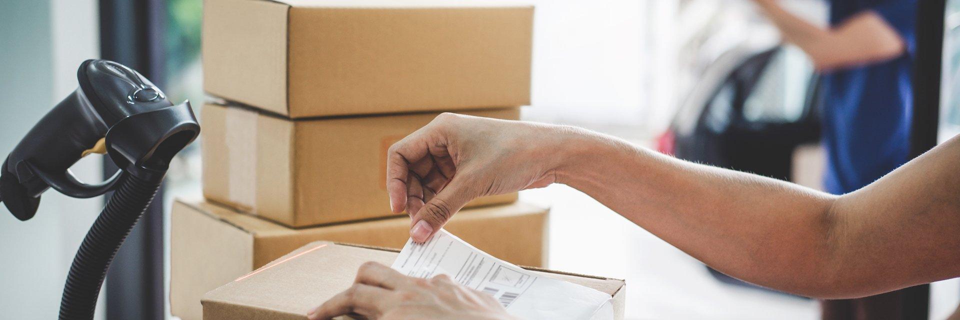 Raport o stanie rynku pocztowego 2020: rekordowe wyniki branży kurierskiej, w segmencie listowym spadki. Ale nie u alternatywnych operatorów.
