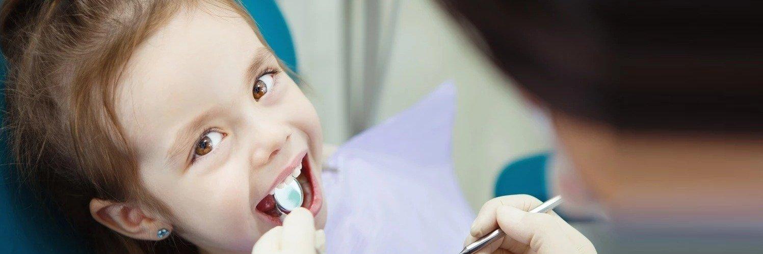 Czy dziecko może polubić wizyty u dentysty? Czego wymaga współpraca z małym pacjentem i dlaczego jest on najbardziej wymagający?