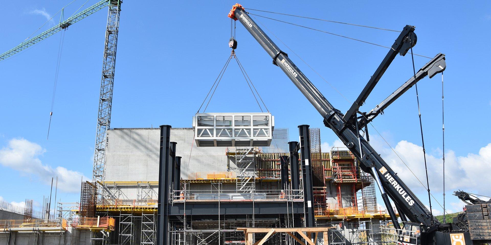 Montaż rusztu w gdańskiej spalarni odpadów. Budowa wchodzi w kolejny etap.