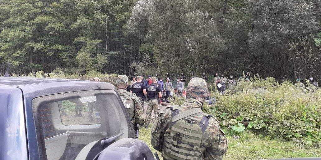 Konieczny pomaga uchodźcom na granicy polsko-białoruskiej