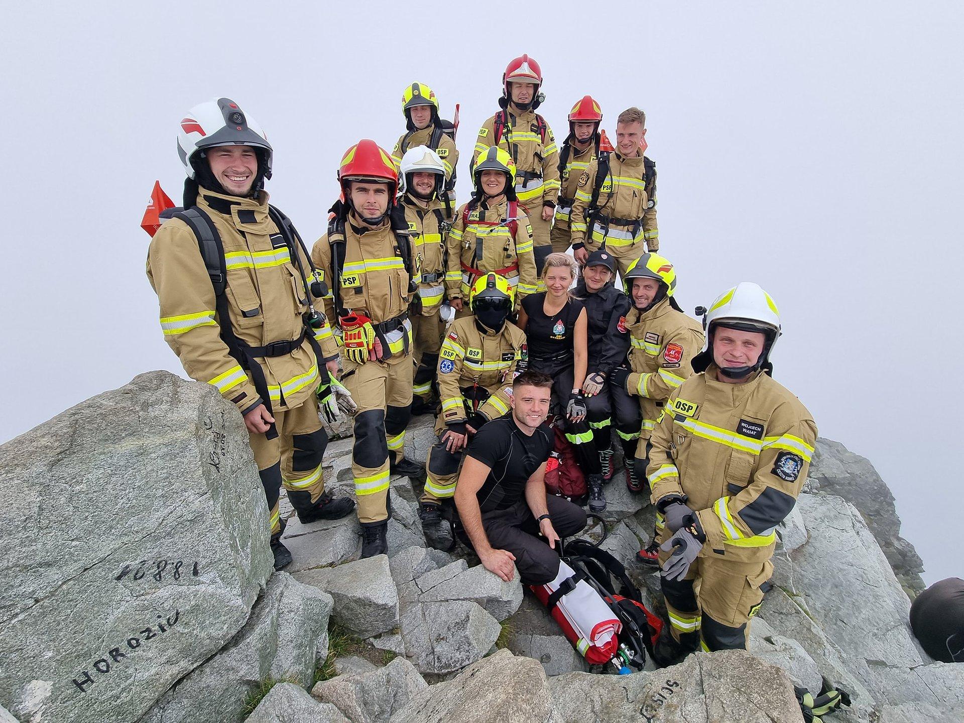 Idea dawstwa szpiku dotarła na sam szczyt! 23 strażaków zdobyło Rysy, promując ratowanie życia