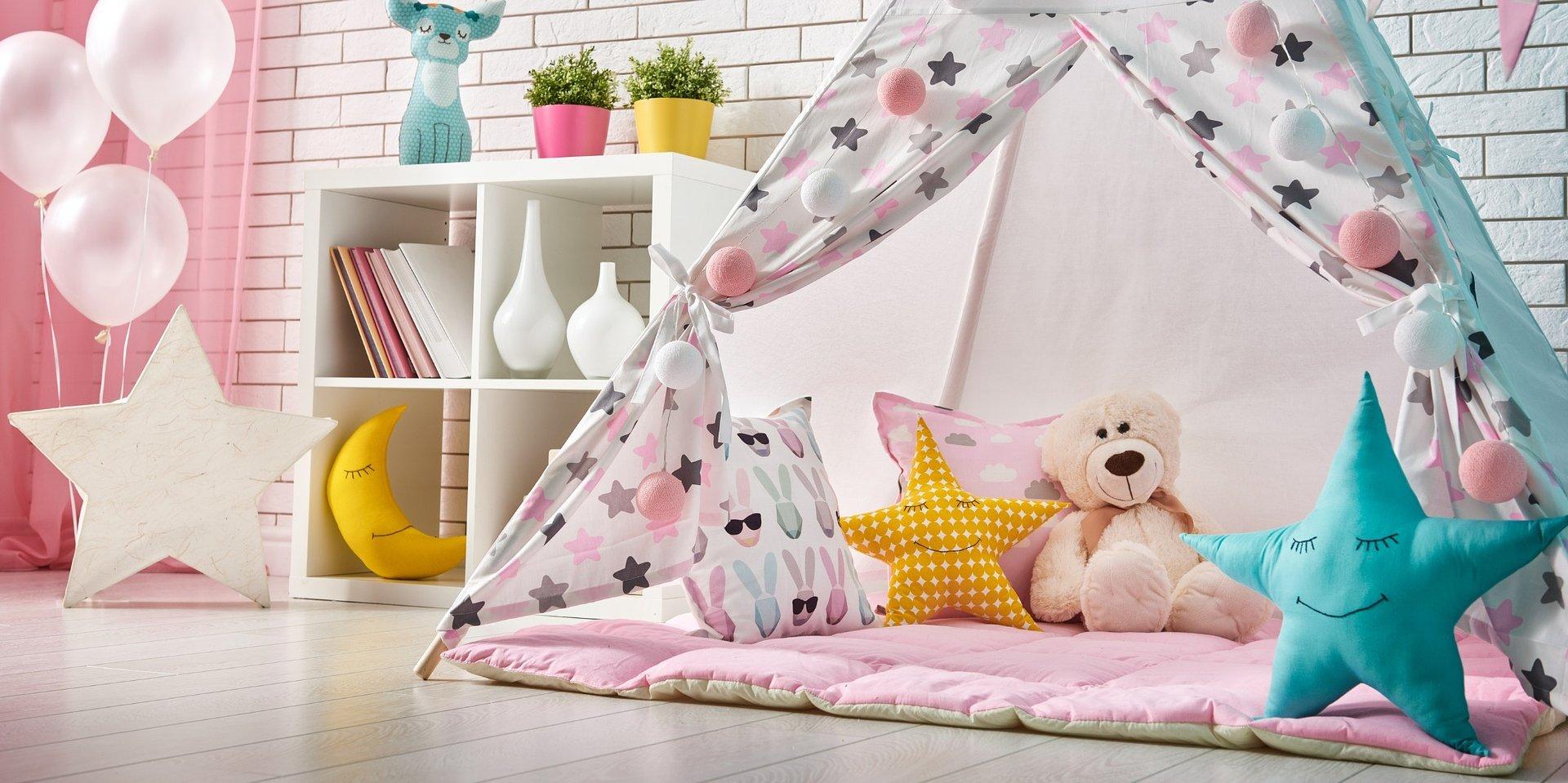 Ozdabiamy pokój niemowlaka girlandami z wydrukowanych zdjęć