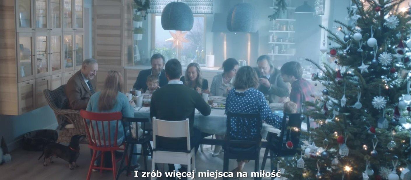 Co w Święta dzieje się między słowami i… stołami?  Nowa kampania IKEA