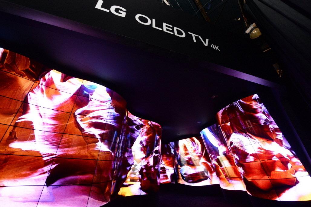 """Zadziwiająca instalacja """"LG OLED Kanion"""" otwiera największą wystawę technologiczną CES 2018"""