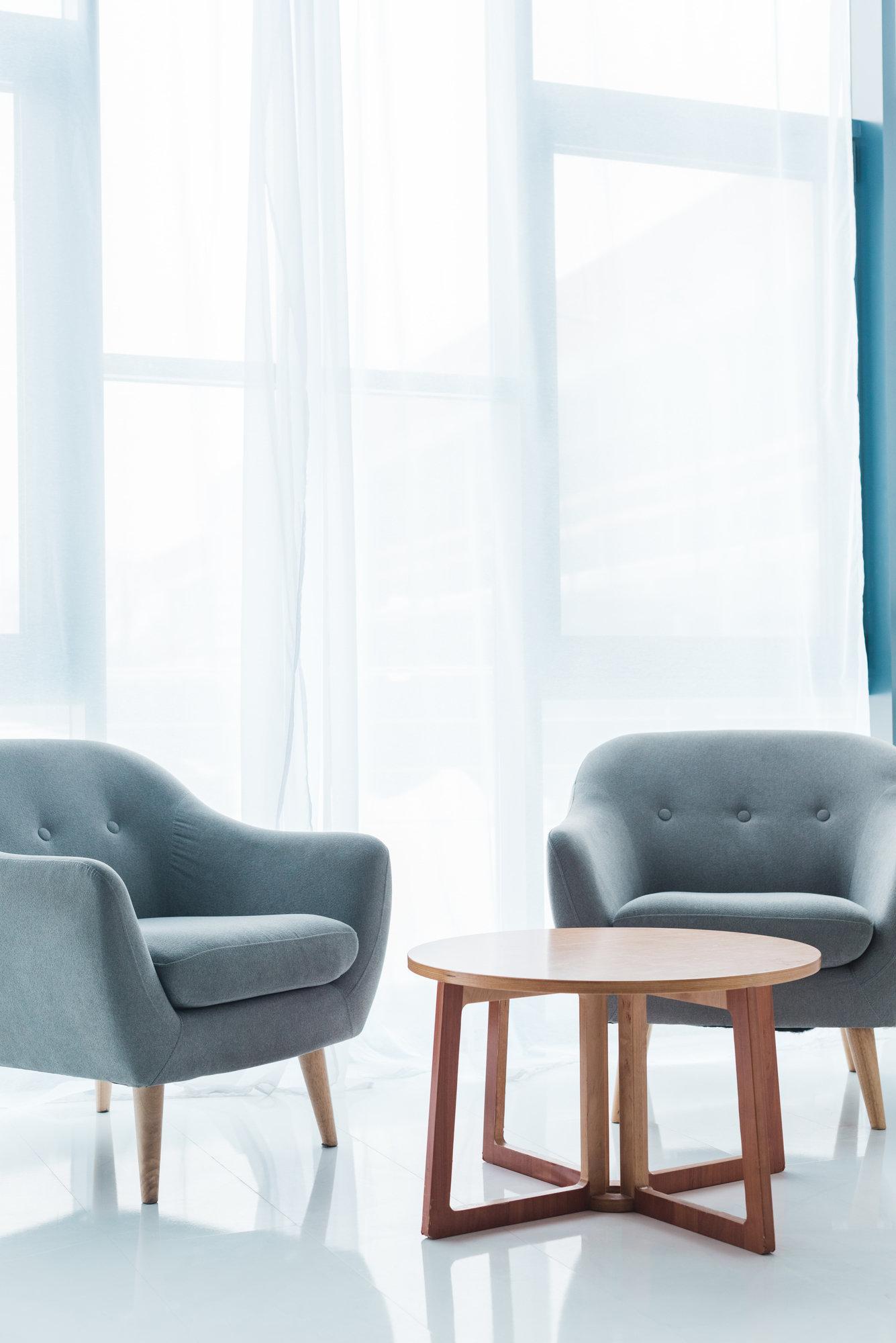 Okrągłe kształty w salonie – meble, dywany i oświetlenie