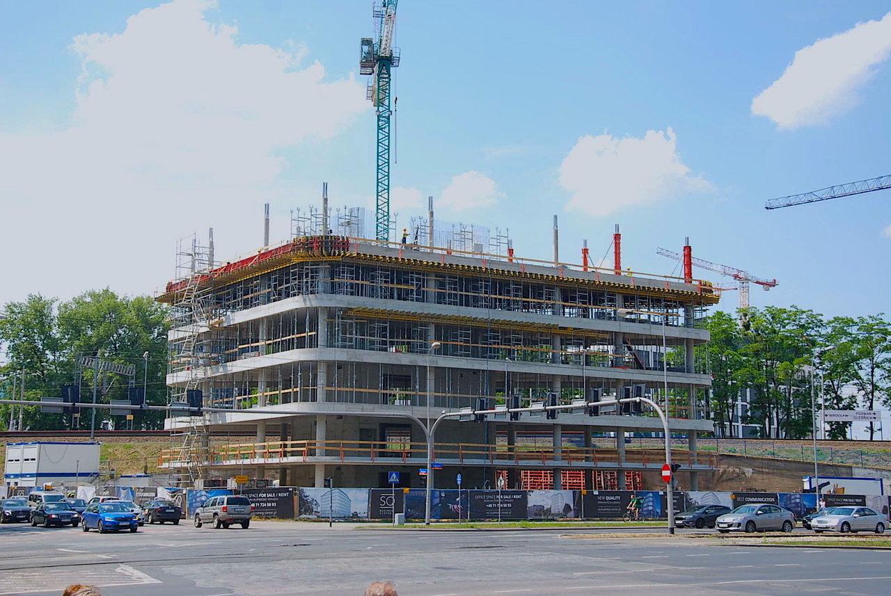 SQ Business Center Wrocław rośnie w oczach. Biura na własność będą gotowe na przełomie roku.