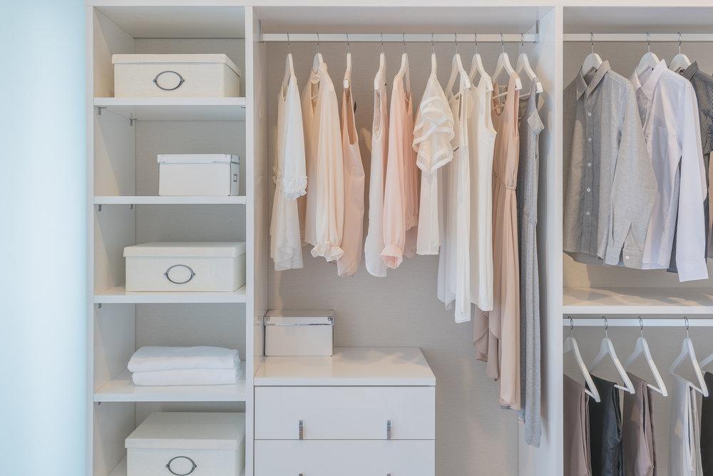 Jak oświetlić małą garderobę – postaw na oświetlenie z czujnikiem ruchu