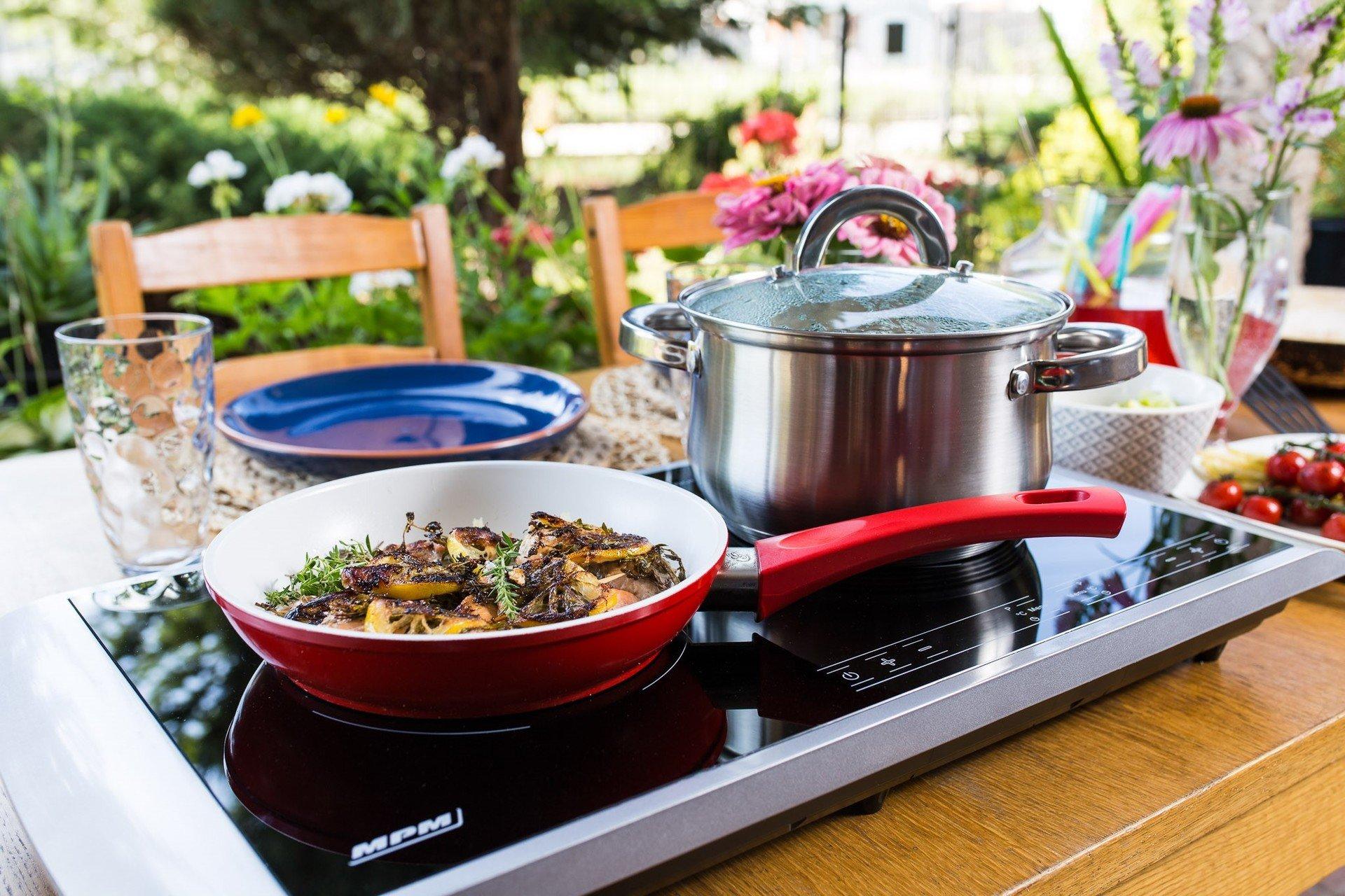 Niezbędnik rodzinnego wypadu na kemping. Przedstawiamy kuchenkę indukcyjną marki MPM z dwoma polami grzejnymi.