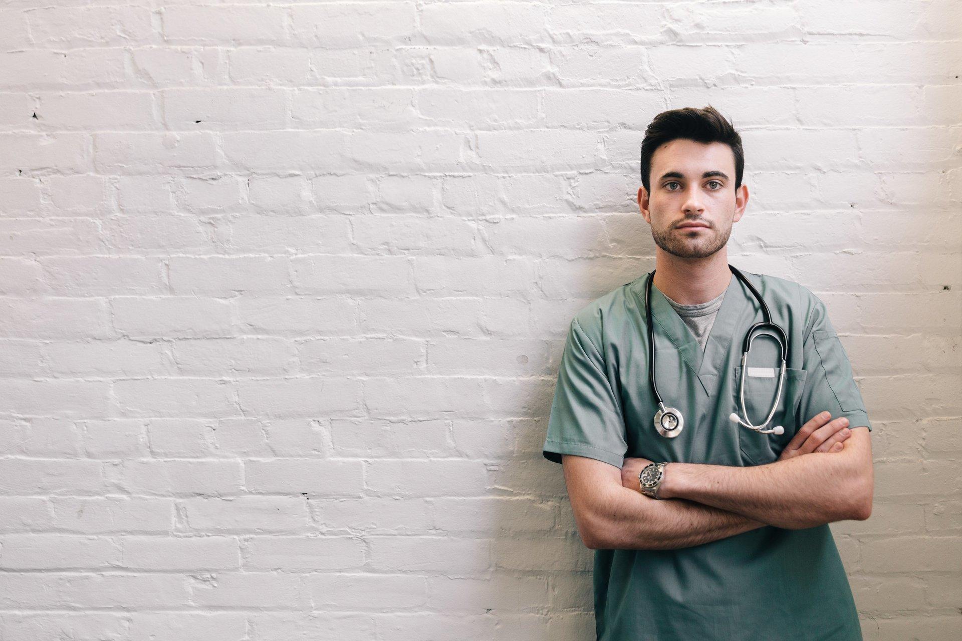 Más de la mitad de los especialistas de salud en España creen que los pacientes están sobreinformados