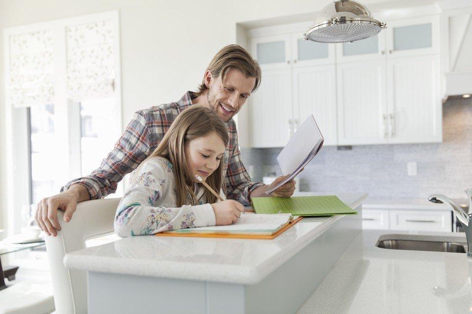 7 wskazówek na temat odrabiania lekcji dla pracujących rodziców