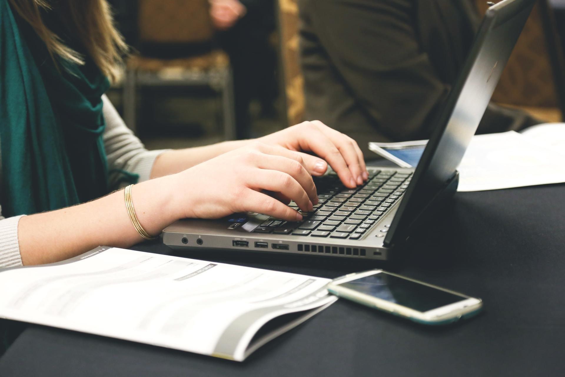 Copywriterzy zarabiają niemal o połowę więcej niż dziennikarze – raport WhitePress