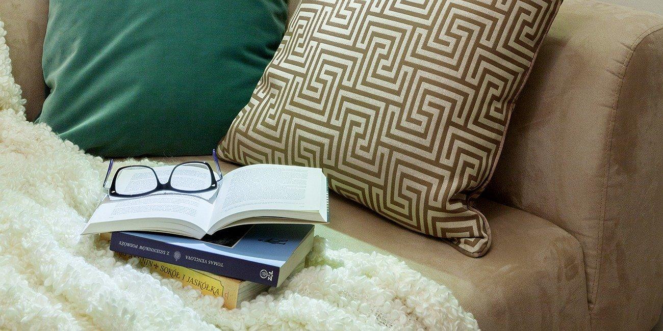 Domowa biblioteka - 5 produktów od Activejet, które doskonale sprawdzą się do oświetlenia kącika do czytania