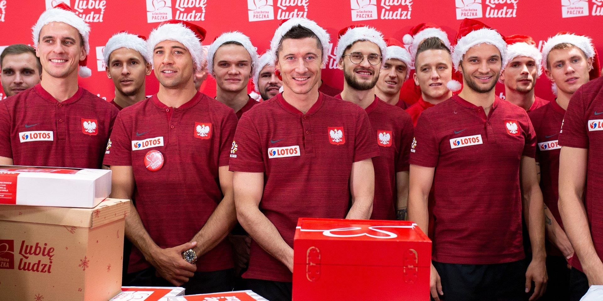 Te rodziny nie walczą o trzy punkty, ale o życie. Polscy piłkarze pomagają ze Szlachetną Paczką