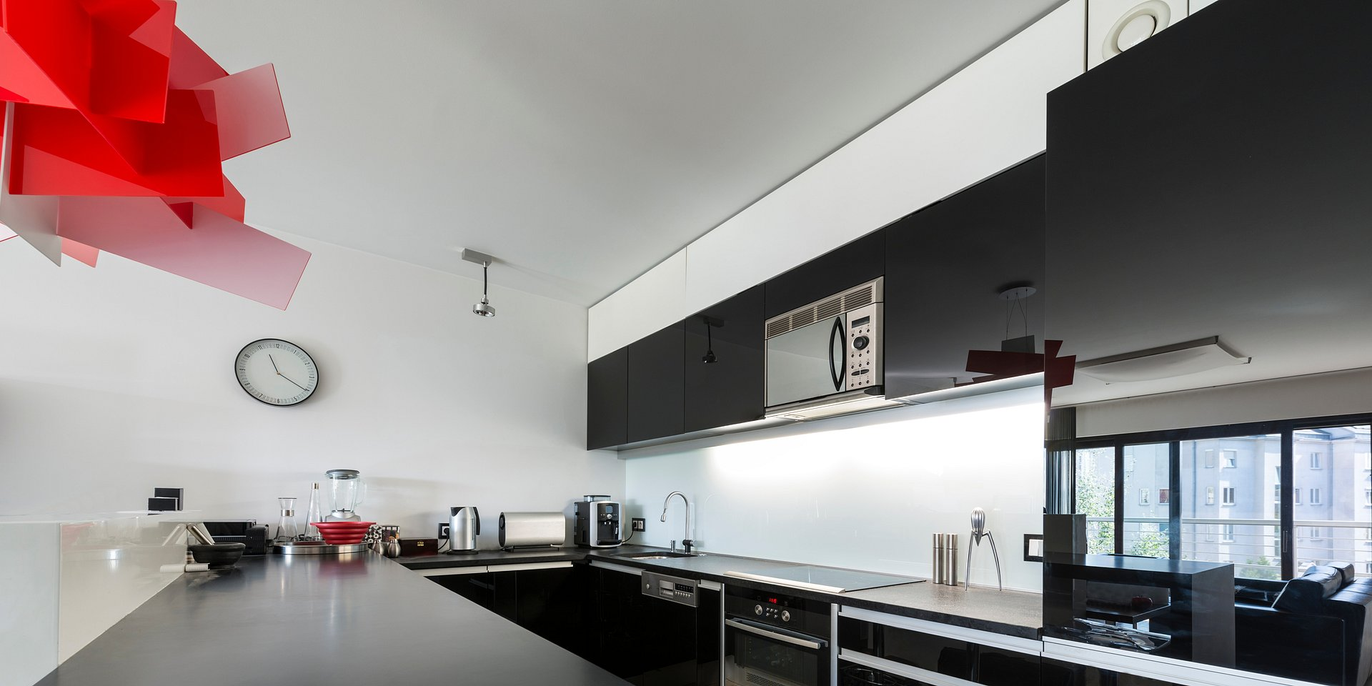 Oświetlamy blat roboczy w kuchni – 4 triki do efektywnego zaprezentowania blatu