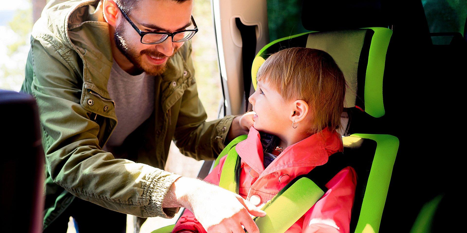 Przed nami świąteczne podróże! Policja radzi, jak bezpiecznie podróżować z dzieckiem.