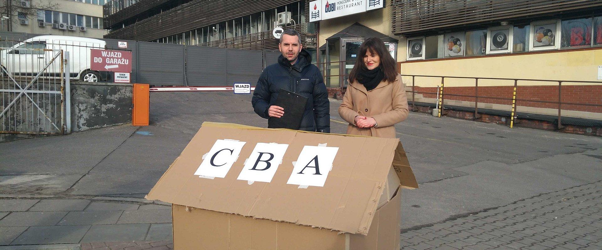 Partia Razem stawia kartonowe CBA na Nowogrodzkiej i domaga się zawieszenia w obowiązkachErnesta Bejdy