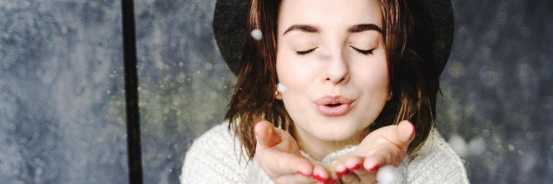 Pocałunek pod lupą. To musisz wiedzieć, szczególnie w Walentynki!