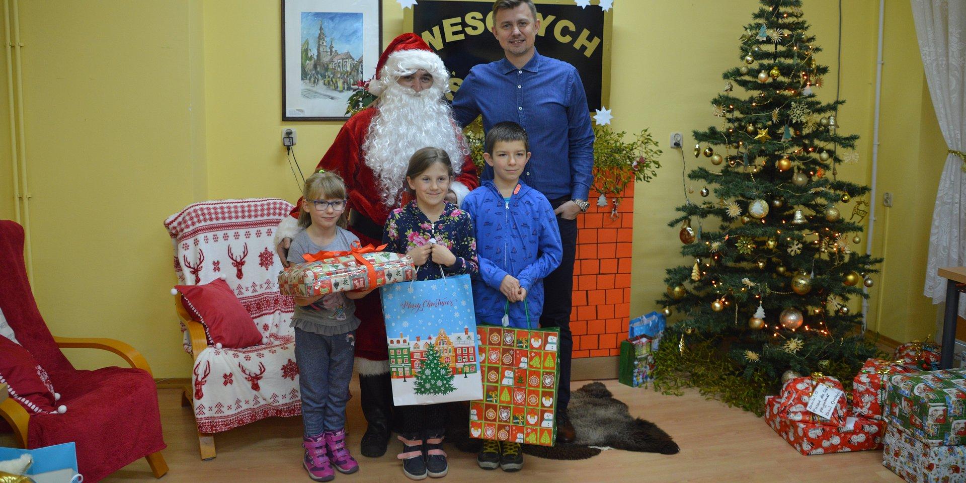 Krzysztof Ignaczak z mikołajkową wizytą w SOS Wiosce Dziecięcej