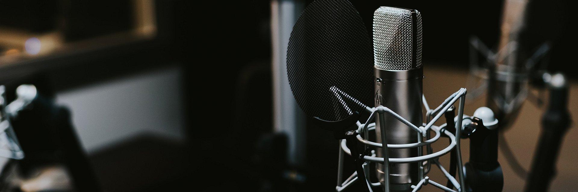 """Lighthouse stawia na podcasty. Pierwszy odcinek """"Podaj dalej"""" już dostępny."""