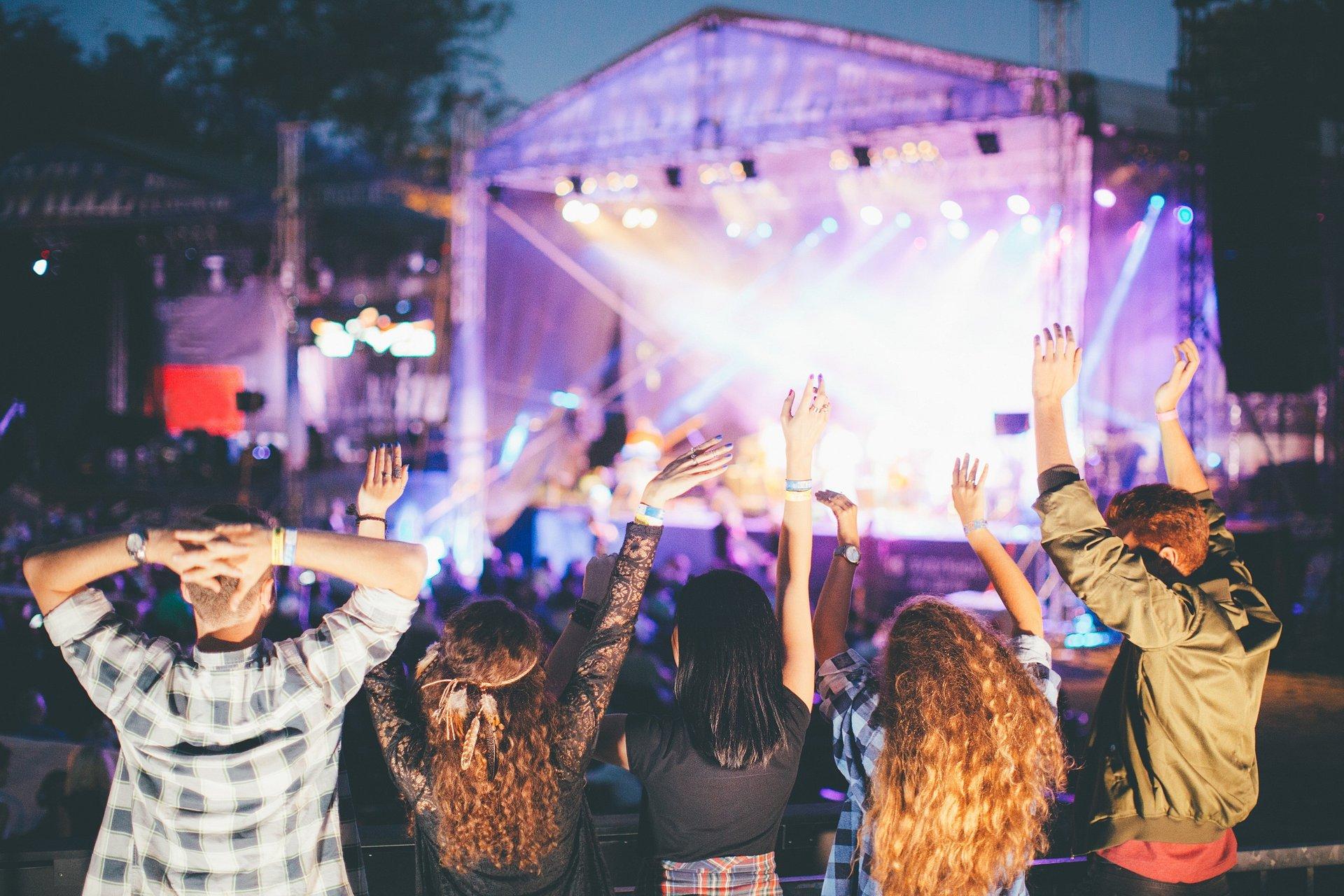 Rusza sezon festiwali! Daj się ponieść muzycznej atmosferze w wakacyjnym stylu