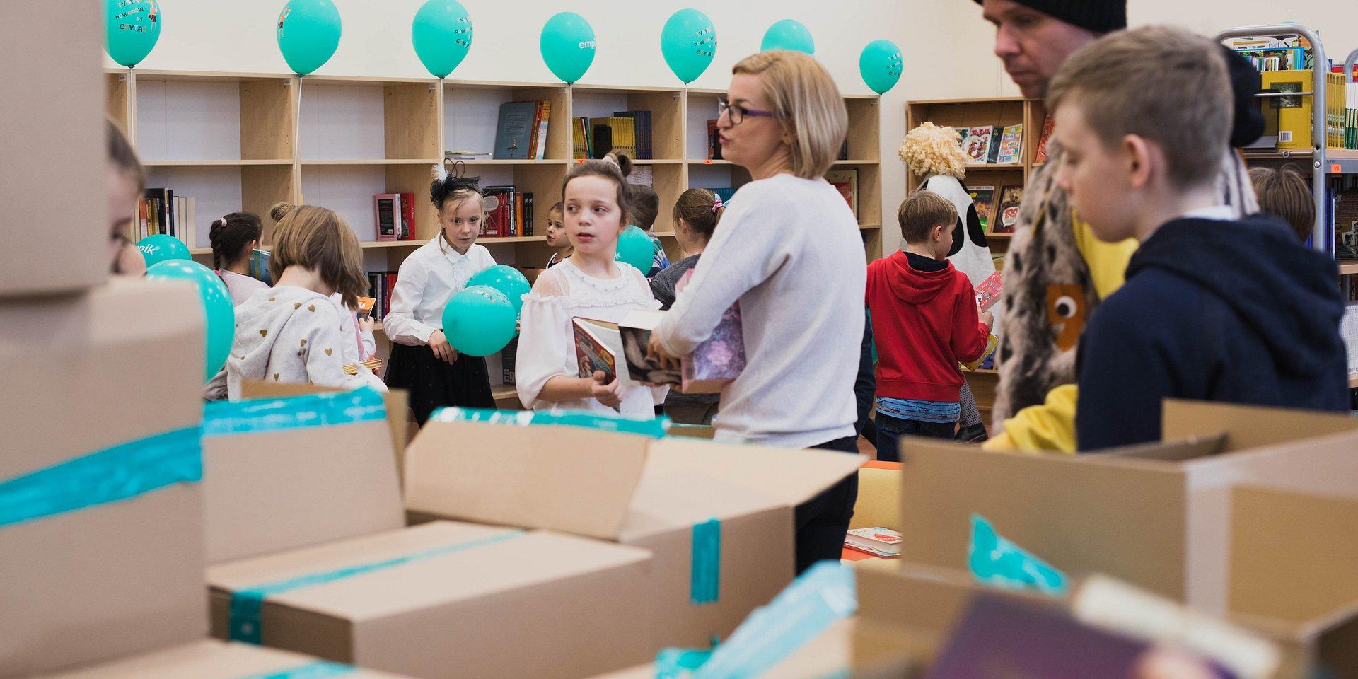 """10 tysięcy książek trafi do bibliotek szkolnych. Rusza głosowanie w konkursie Empiku """"Tysiąc powodów by czytać""""."""