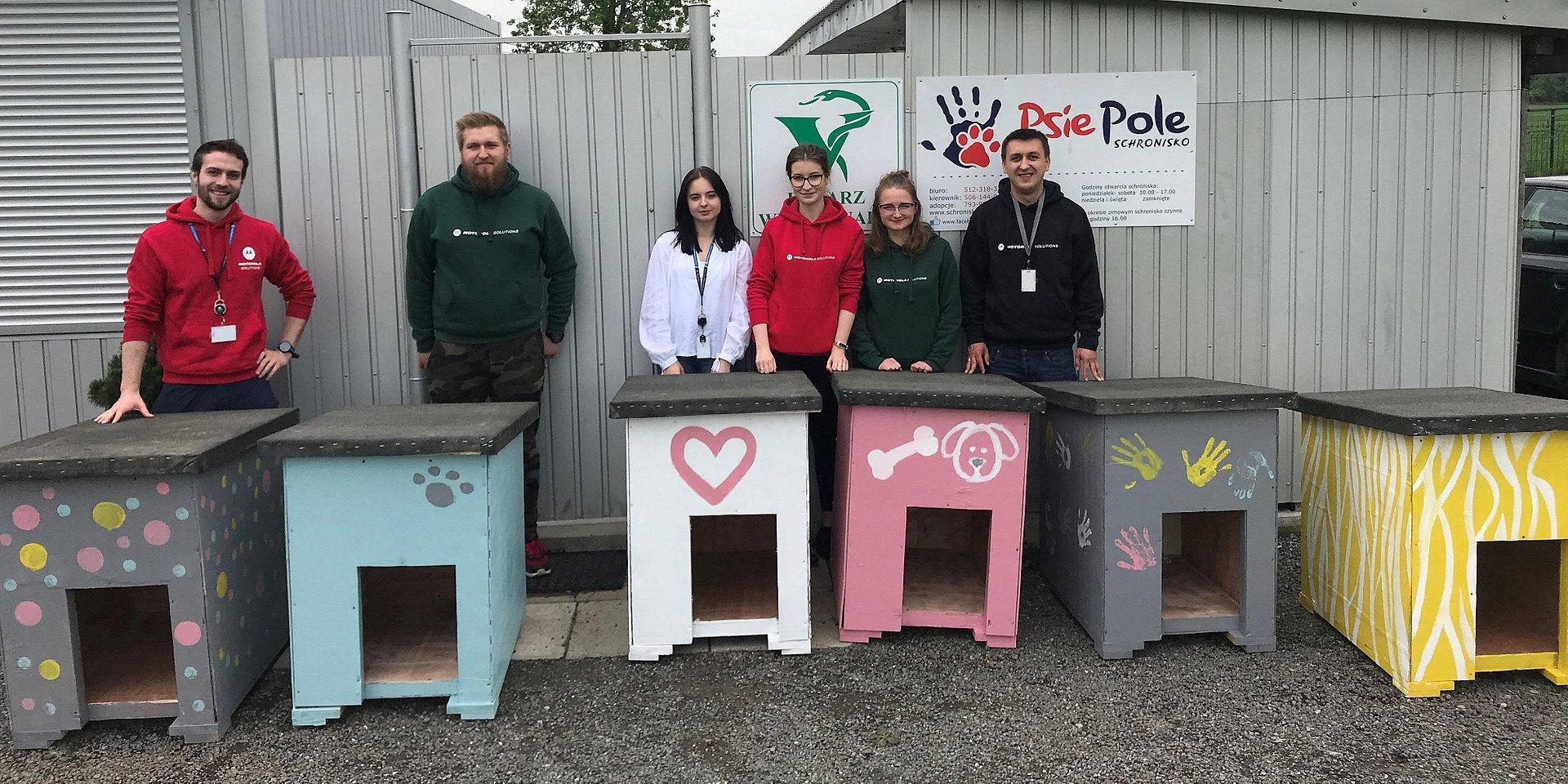 Pracownicy Motoroli Solutions na rzecz schroniska dla zwierząt Psie Pole w Racławicach