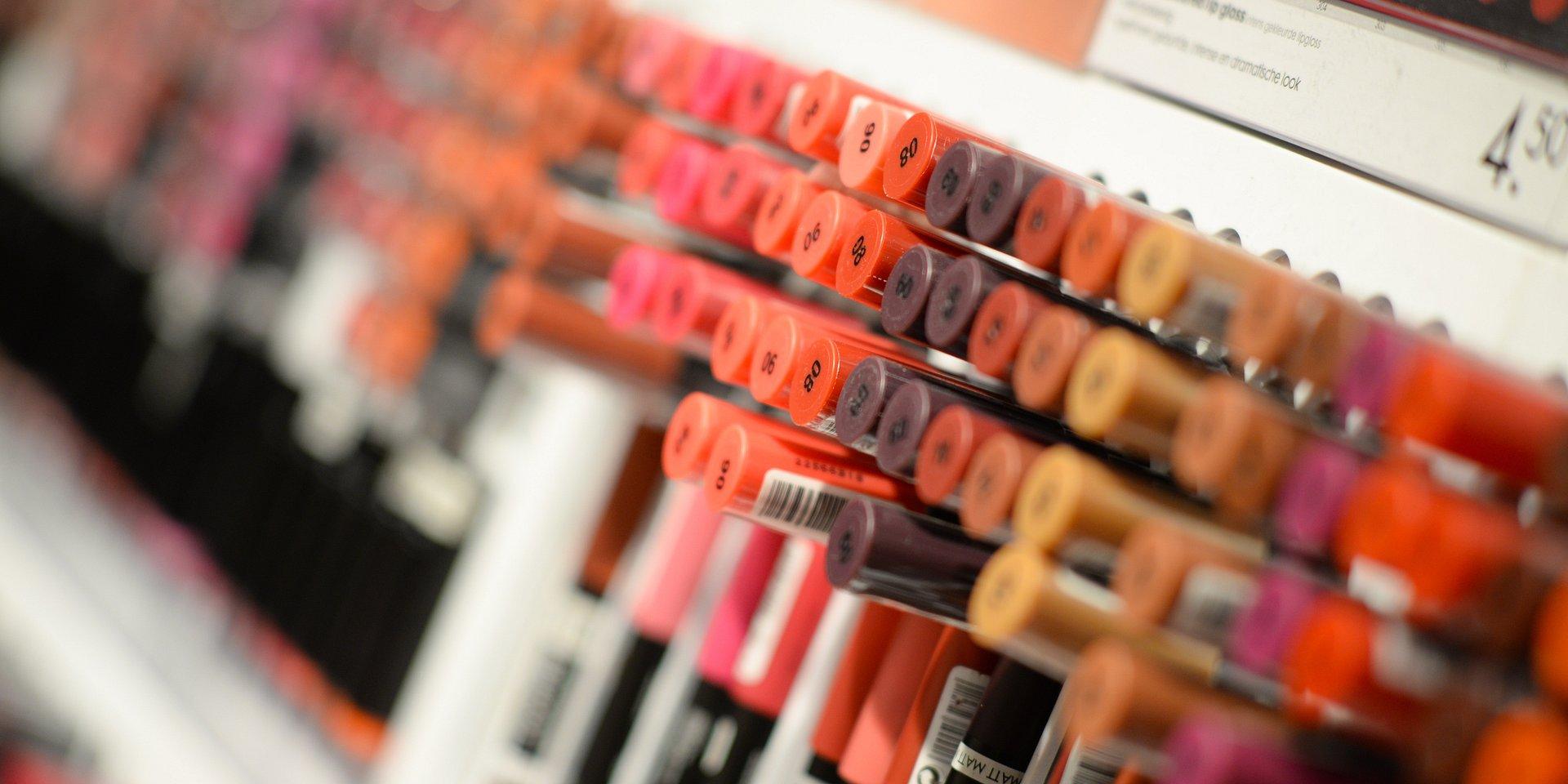 Kosmetyki z nowymi opakowaniami już w sklepach. To efekt nowego prawa