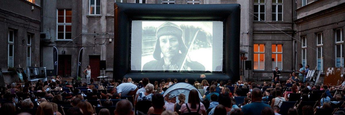 """Wyjątkowy pokaz """"Zimnej Wojny"""" na dziedzińcu Kamienicy Pinkusa, w której kręcono film. Studium przypadku marki Laveo"""