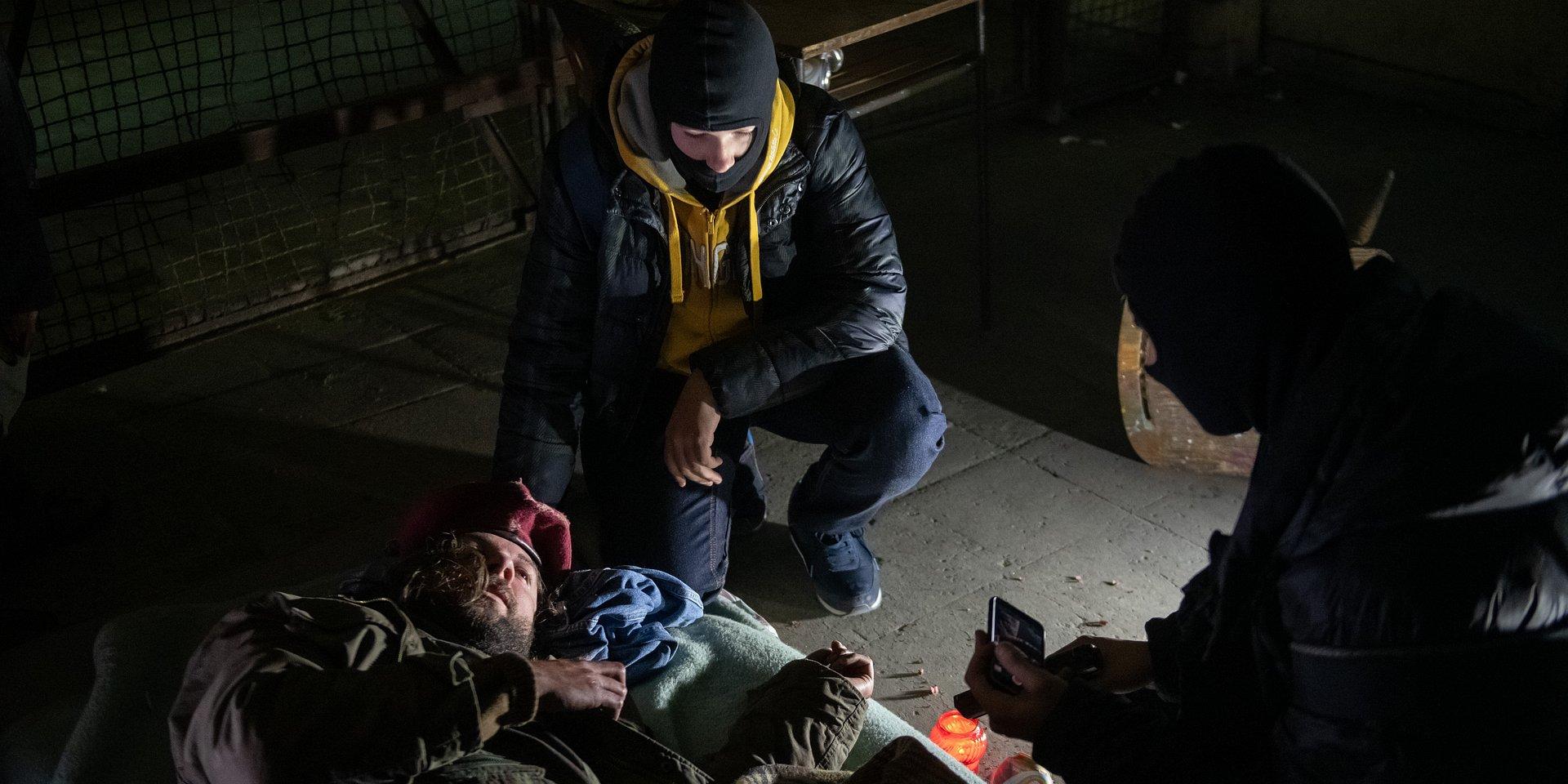 Na Wspólnej: Smolny widzi, jak Przemek i Kuba znęcają się nad bezdomnym!