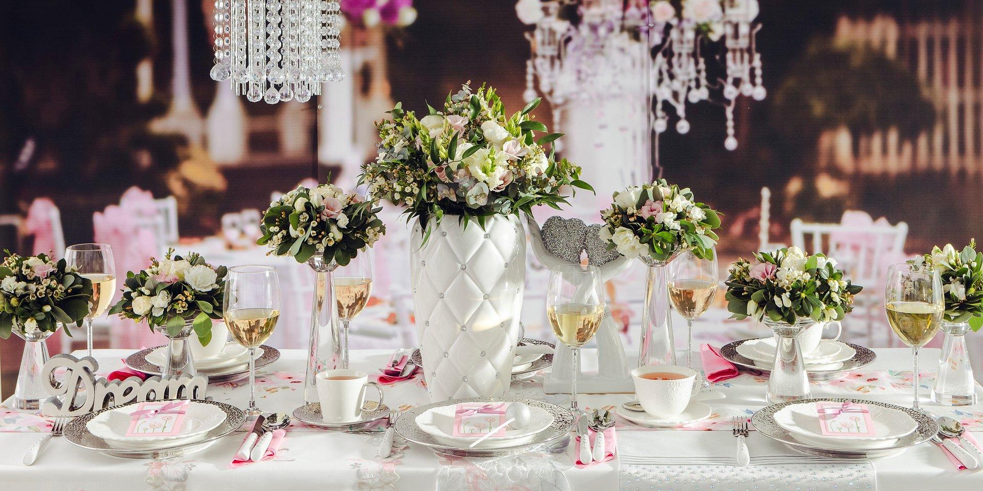Ślub na głowie - wyjątkowe dekoracje stołu weselnego
