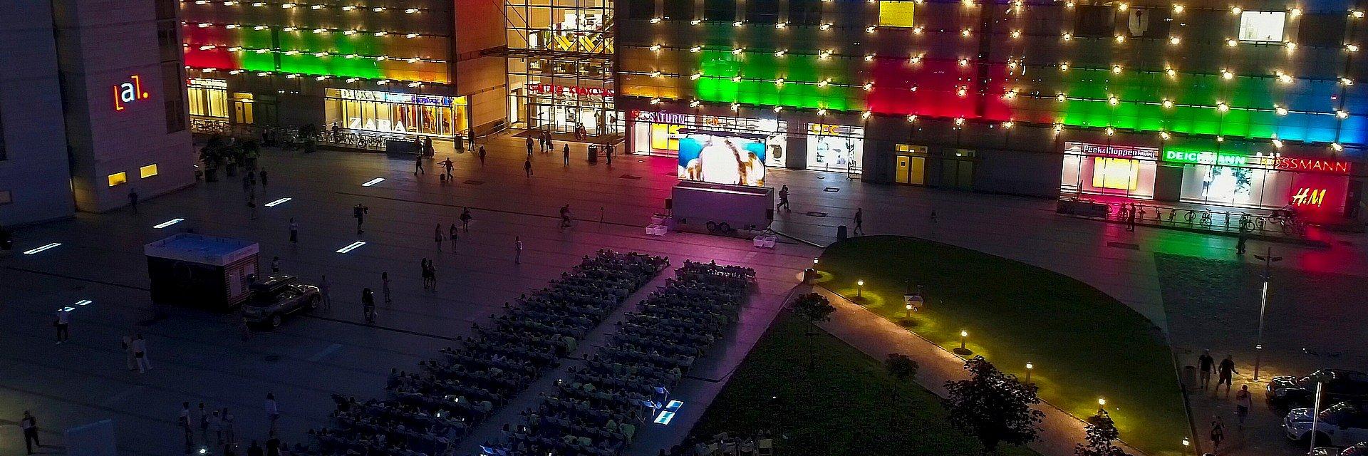 Kino pod gwiazdami przed Galerią Krakowską