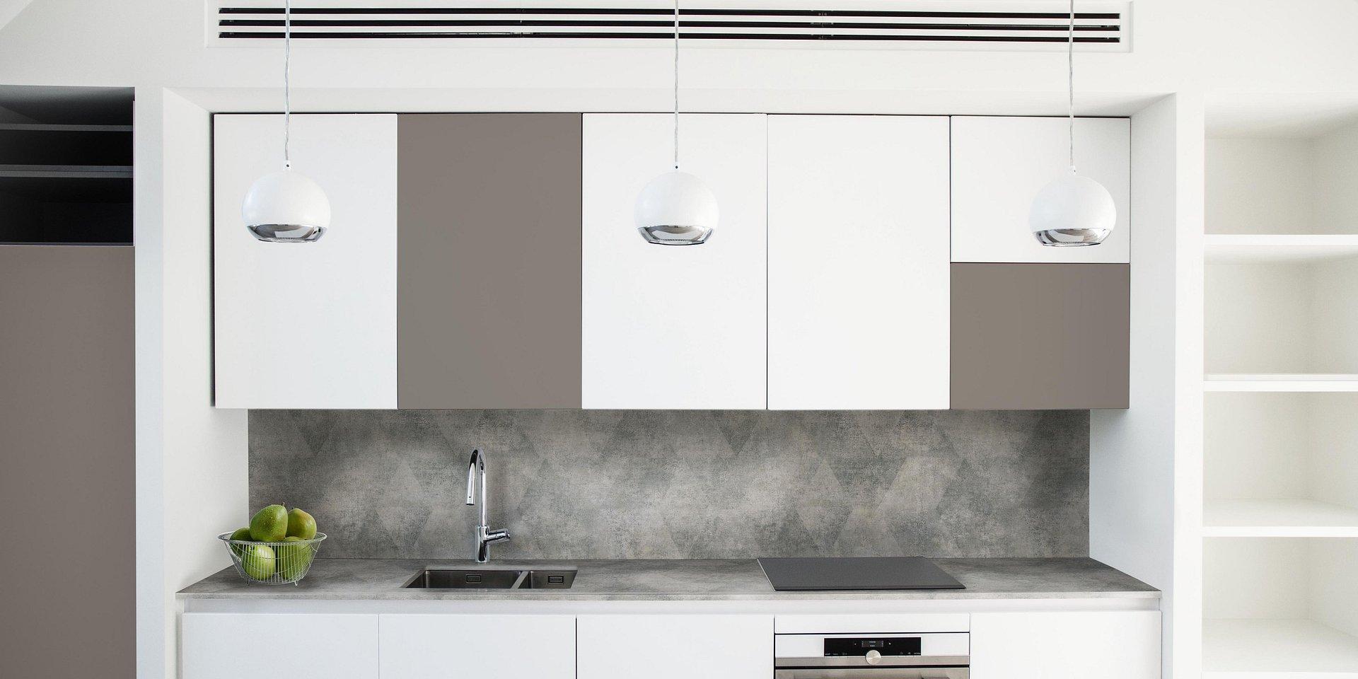 Szkło, metal, beton, płytki czy HPL - jaki materiał jest najlepszy na ścianki przyblatowe?