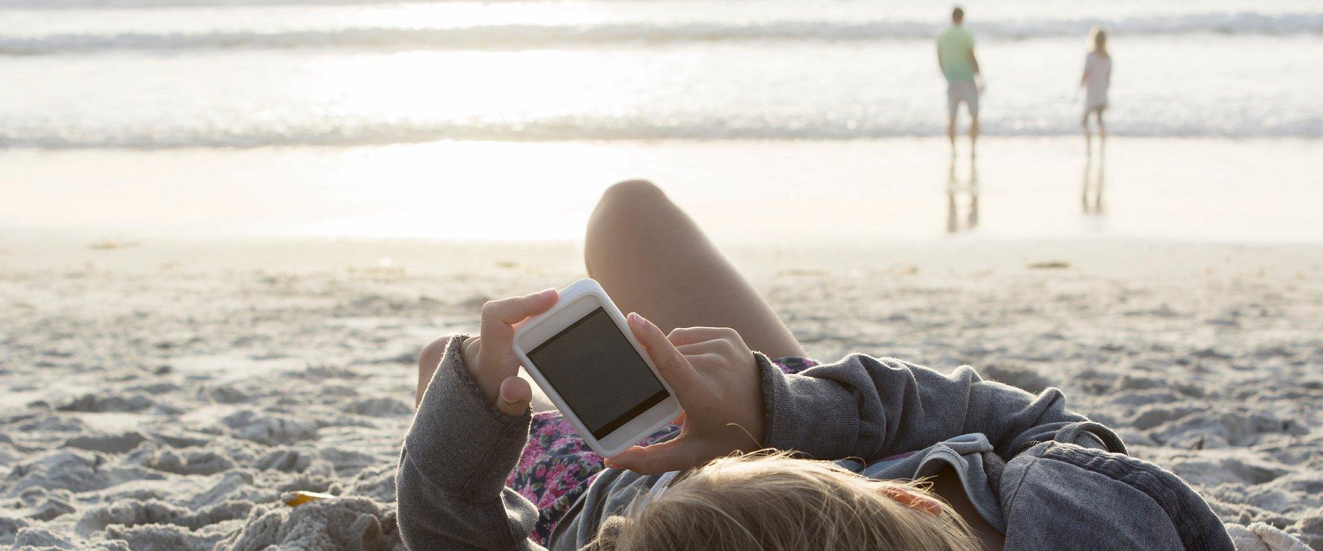 Polak na wakacjach nie bierze urlopu od pracy. Co czwarty czyta służbowe e-maile