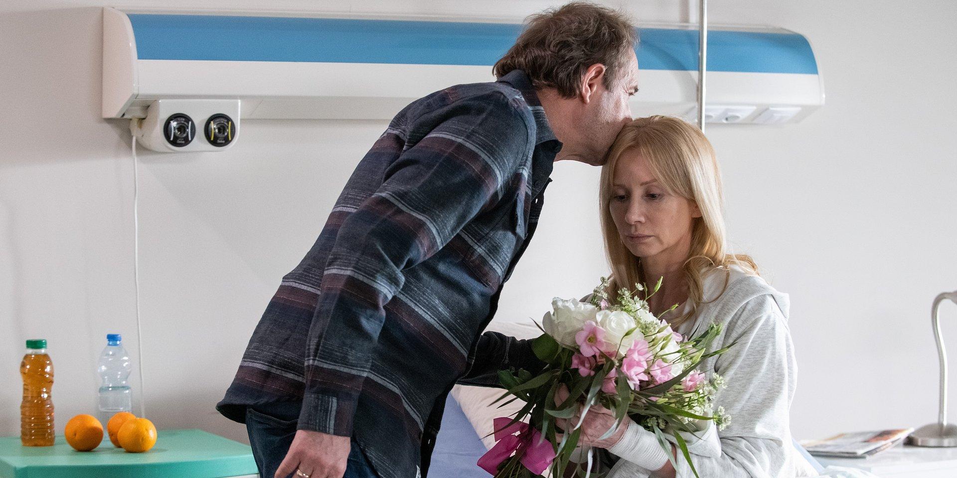 Na Wspólnej: Elżbieta wychodzi ze szpitala, a Ewa ląduje w psychiatryku!