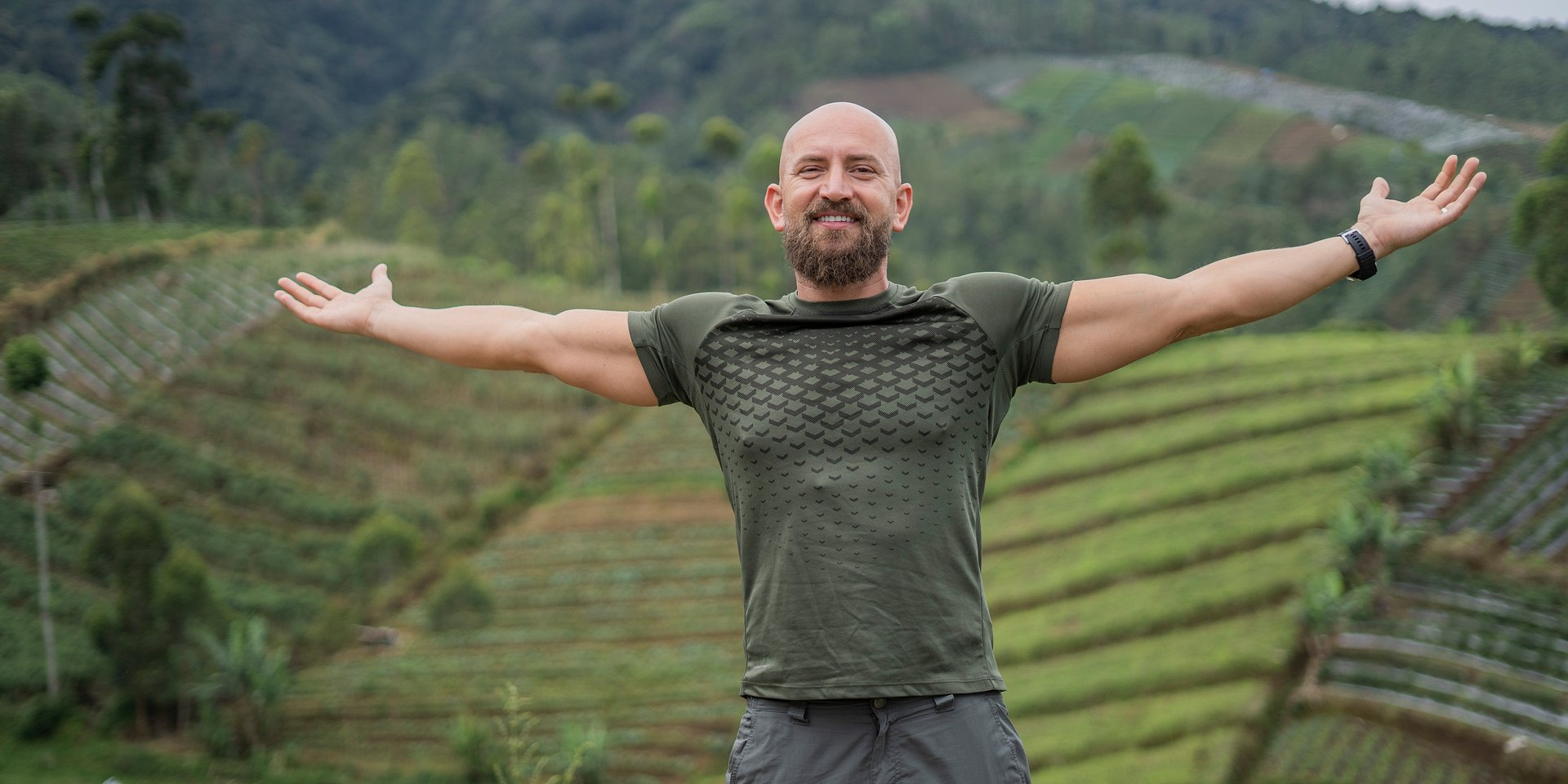 """Rajskie plaże, przepiękne pola ryżowe, góry pokryte niedostępnymi lasami tropikalnymi oraz….korki! Dawid Andres przejedzie """"Ciężarówką przez Indonezję""""!"""