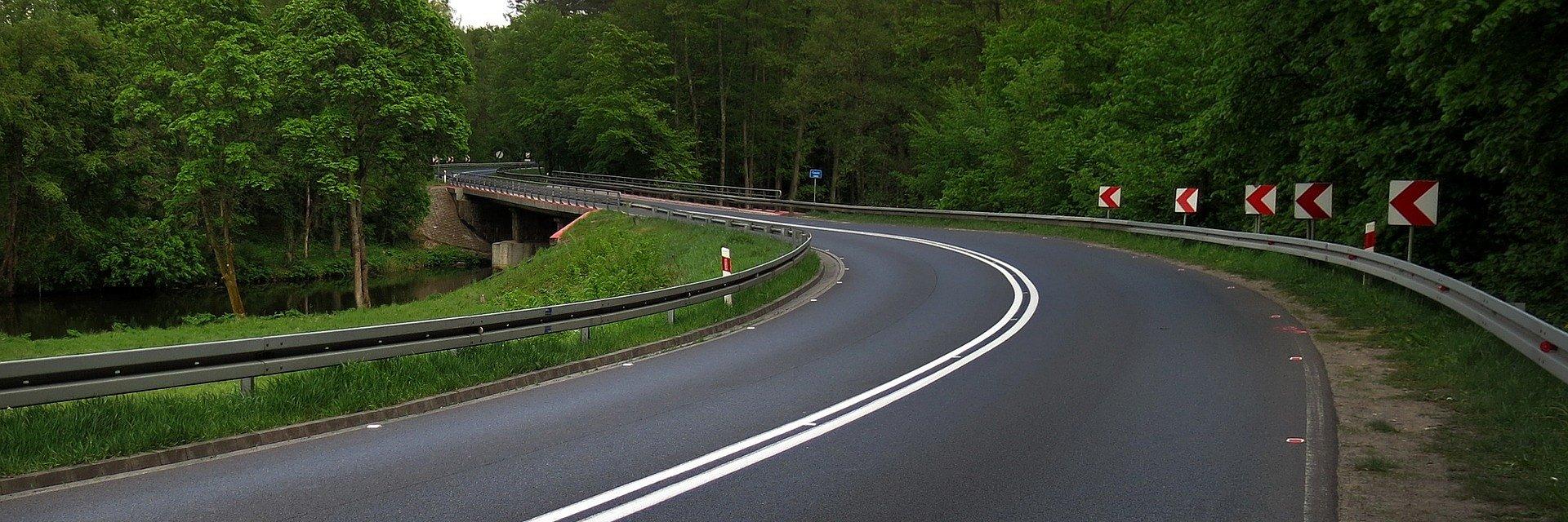 Wycena nieruchomości pod budowę drogi – od czego zależy ostateczna wartość działki?