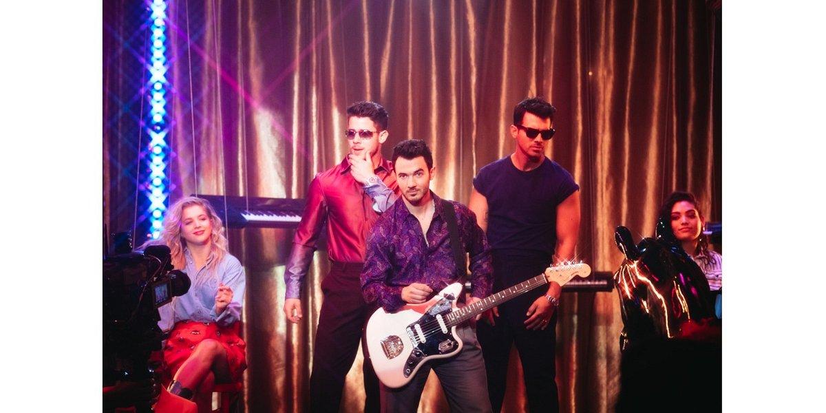 Jonas Brothers przenieśli się w lata 80. w nowym klipie