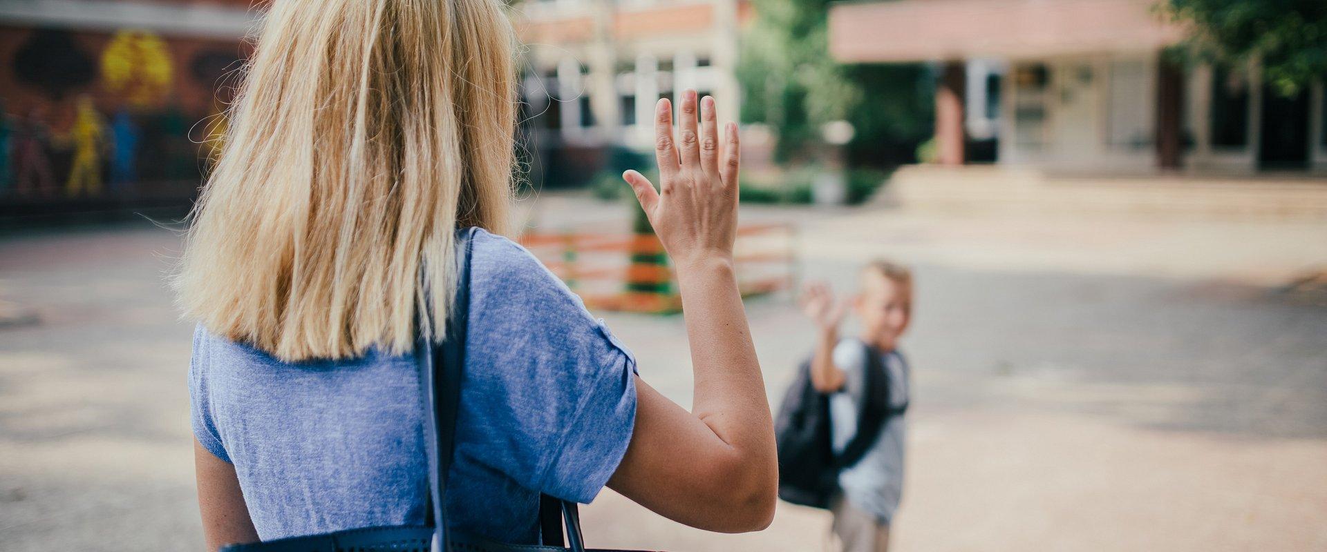 Przed pierwszym dzwonkiem połowa Polaków boi się samodzielnej drogi dziecka do szkoły