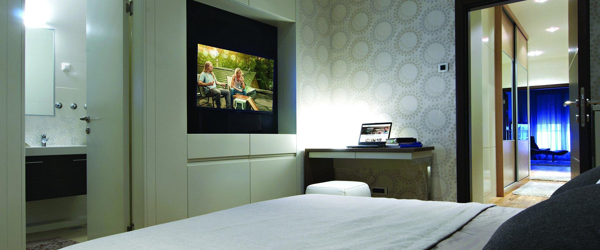 Kanały TV i prawa – jak zapewnić legalne treści w hotelu?