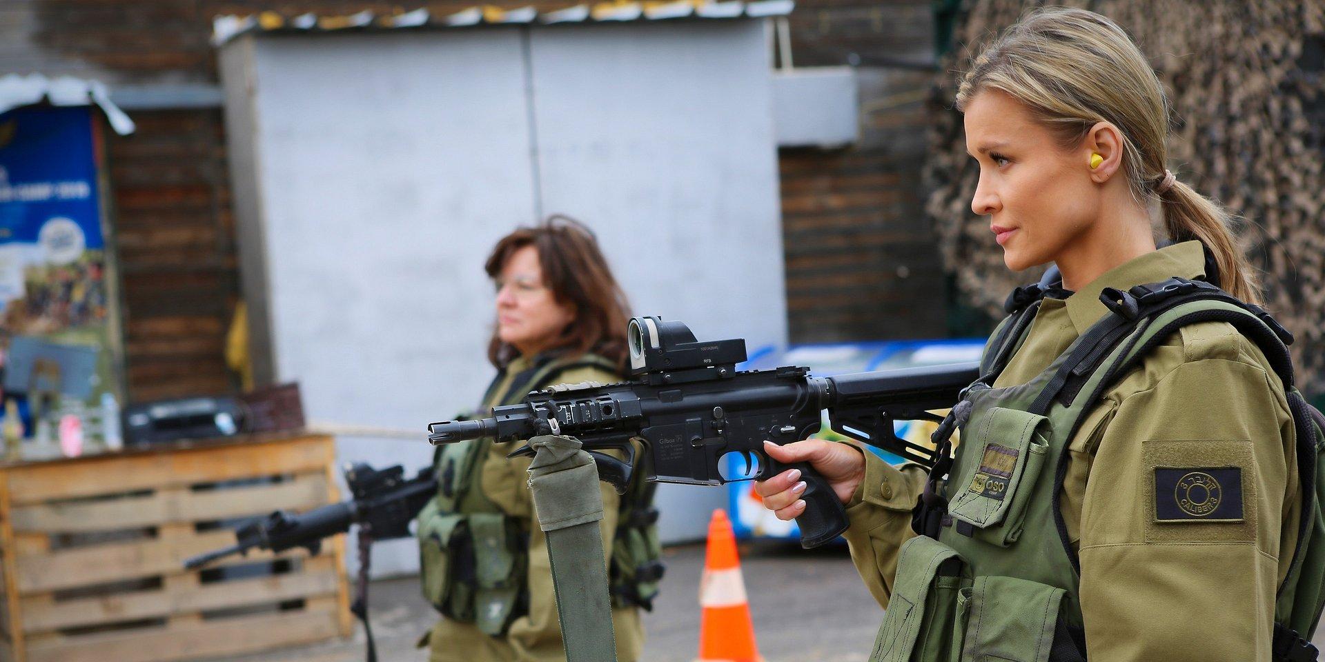 Starsza pani musi fiknąć: Joanna Krupa z mamą w izraelskiej armii!