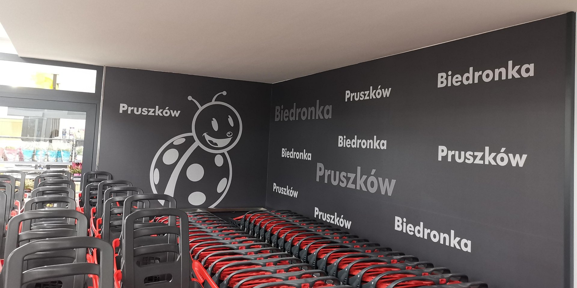 Nowa Biedronka w Pruszkowie z podziemnym parkingiem